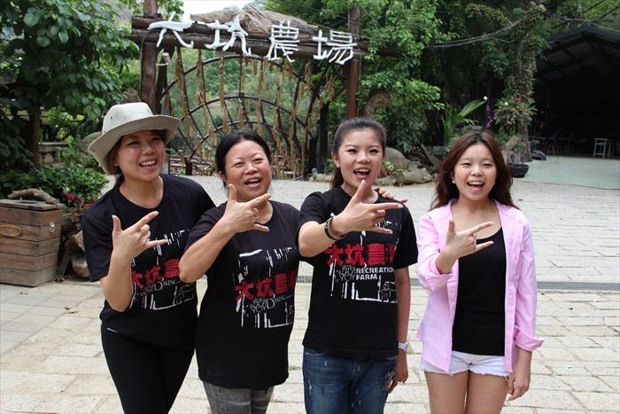 蔡家三姐妹携手经营大坑休闲农场,左一起次女蔡佳儒、母亲陈玉女、长女蔡佳玲及幼女蔡佳芸合摄。