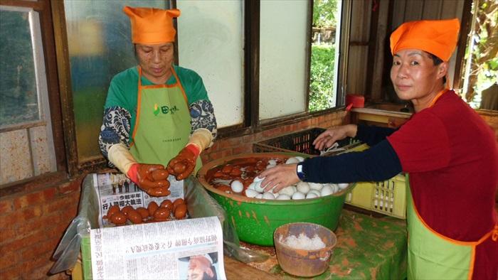 工作人员在进行咸蛋制作过程。