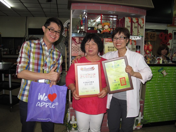 黄引辉(左)及台湾休闲农业发展协会行销总监邱翔羚(右)赠送纪念品予古早鸡休闲农场主人杨黄美春。