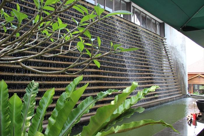 薰之园的景观水墙构思及设计别致,有如高处倾泻而下的美丽瀑布,水滴声似如优美的音调。