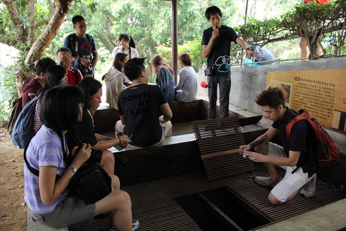 工作人员向媒体们讲解使用焙灶寮,以传统烘焙桂圆干制作过程。