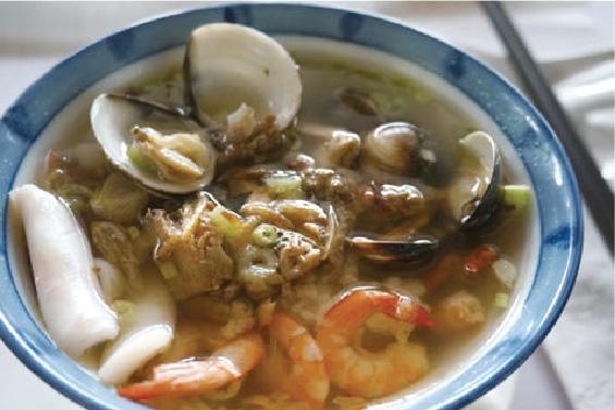 午餐一碗海鲜汤饭看似简单,却美味丰盛,清淡有滋味让大家都吃得好满足!