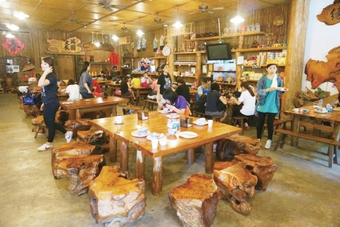 不规则的树瘤椅及漂流木设计而成的桌子是不是让你感觉更靠近大自然了呢?