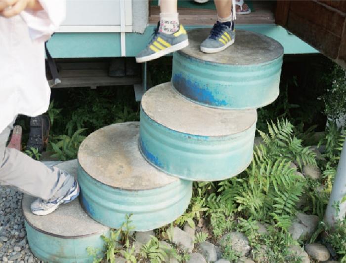 用废弃油桶制成的楼梯。