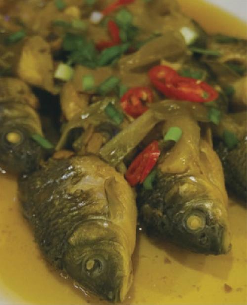 南部特有的河鱼,以多种水果烧成的酱汁淋上的「水果红烧鱼」。
