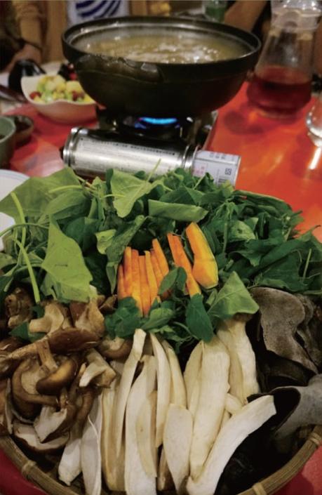 仙湖餐桌上必有的野菜涮涮锅,汤头是以土鸡搭配橄榄炖熬,浓郁的风味中带点爽口微酸,加上当天现采的野菜放入轻烫,新鲜清甜得没话说!