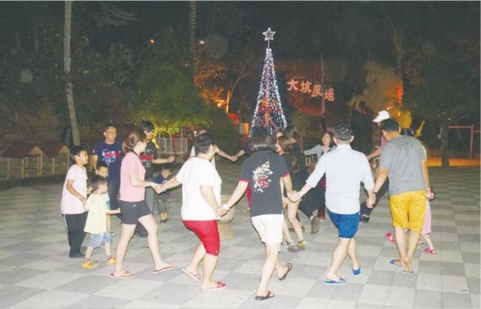 晚餐后,大家聚在广场上一起手拉手快乐起舞。