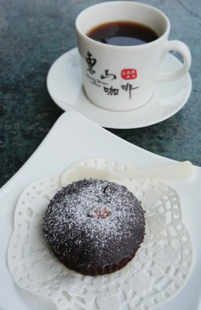 凉风习习,坐在草地旁享受农场自产的咖啡甜点,多惬意的美好时光~