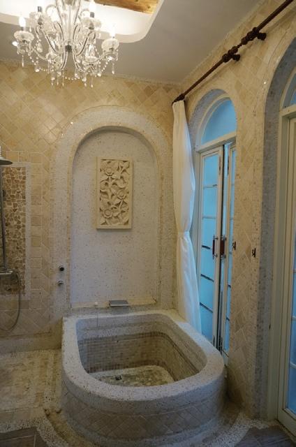 每个房间的浴盆造型各异。