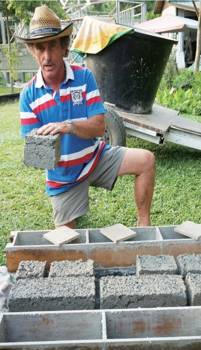 John大方分享制作纸砖头的方法。(2)
