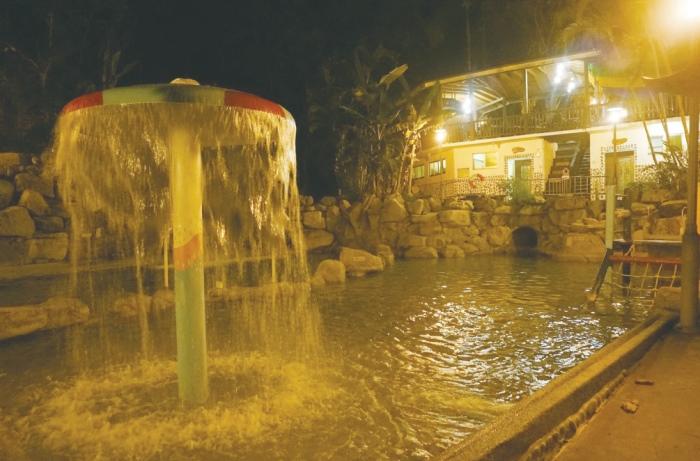 占地500坪的山泉SPA水疗浴场拥有温泉、热泉、冷泉、三温暖、能量屋烤箱、蒸气室、泳池滑水道、亲子戏水池等完整设备。