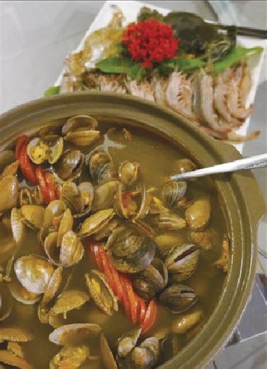 花甲辣蟹锅的汤底以东港火烧虾及23种蔬菜水果香料熬制而成,完全无需味精或人工调味料,味道已经鲜得没话说!