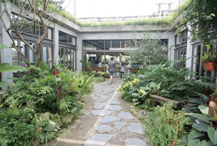 种满观赏植物的中庭为餐厅带来自然光及绿意。