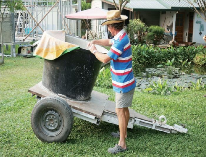John以大桶、废弃轮胎等自制了一台半自动的纸浆机,只需将材料置入,用车子拖行到街上兜几圈,纸浆既成,毫不费力!