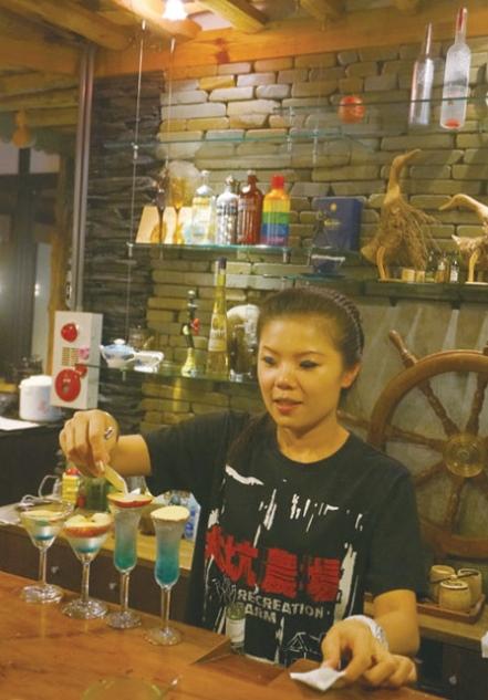 夜里可以到伊鲁巴船屋上的酒吧小酌几杯,大姐佳玲的调酒手艺可不是盖的哦!