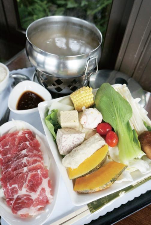 园内餐点的食材都是优先选择在地有机产品,搭配美味养生的概念设计而成,图为我是日的午餐——健康又丰盛的小火锅套餐。
