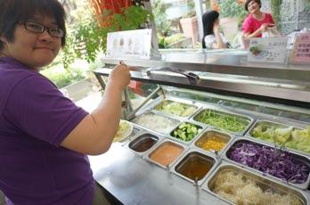 点份主餐即可享用丰盛的自助沙拉吧。