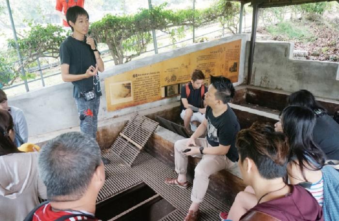 参观已有60多岁的烘焙灶寮,导览员细心讲解制作桂圆干的历史。