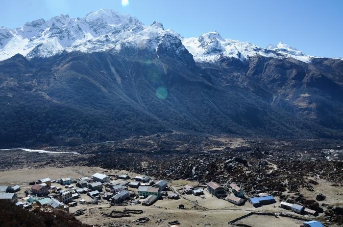 深受西藏文化影响的Kyanjin-Gompa村显得十分庄严。