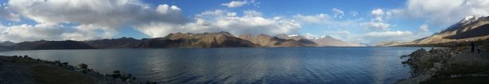 美得让人屏息的班公湖全景。 Photo by Forrest Chua