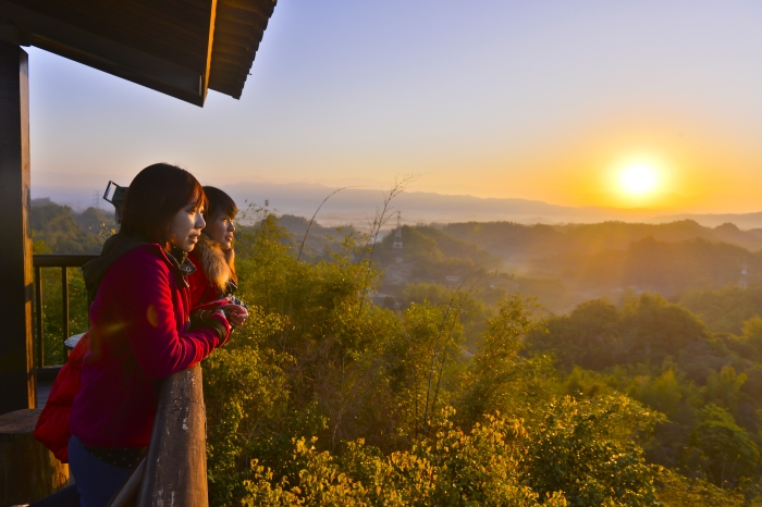 两位美女与夕阳。