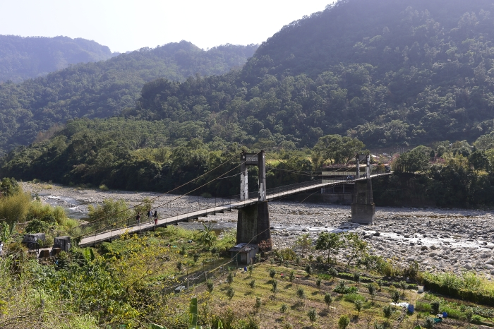 内湾吊桥是昔日伐木工人为穿越油罗溪的要道,站在钢索的吊桥上,可观看整个油罗溪河谷景色。