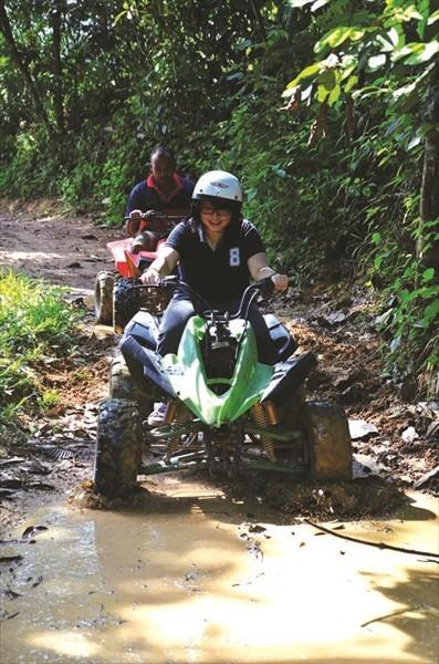 凹凸不平的山区泥路骑得特辛苦,看我的表情就懂啦!><……