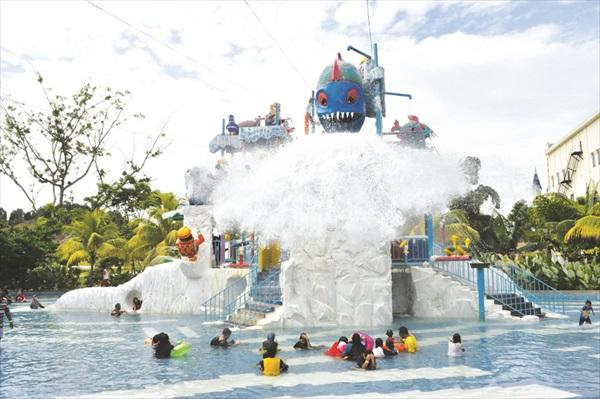 适合一家大小玩的水上乐园,许多人都在等待顶端的那条大鱼装满水后洒下一桶水的片刻,感觉就像倾盆而下的大雨一样。
