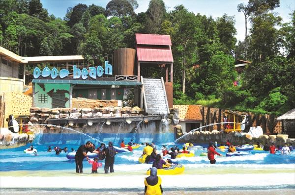 马来西亚唯一拥有8种不同海浪模式的人造浪池可可海滩,在这儿还能玩沙滩排球呢。