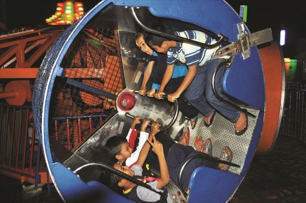 你绝对没看错!坐在里面可会360度的旋转哦,这就是加勒比海湾度假村游乐场里最刺激的游戏!你看这群小朋友玩得多开心啊!
