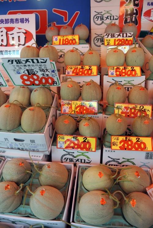在日本,高品质的蜜瓜售价可达致万元计算,经常被当作送礼佳品。