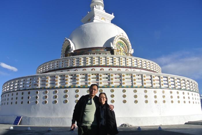 白色的基色和深蓝色天空构成绝配景象,让游客无一不争先拍照。 Photo by Forrest Chua