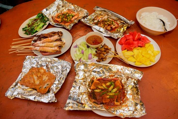 照片里的食物4人分,不够可以再加。