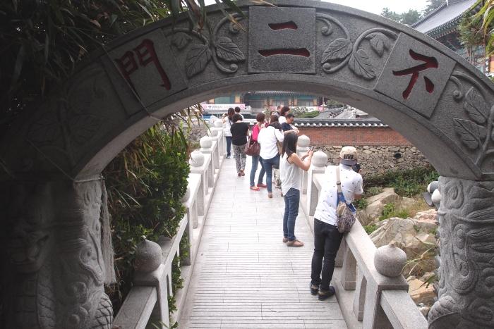 """经过""""不二门"""",前方即是一座通往寺庙的拱桥。"""