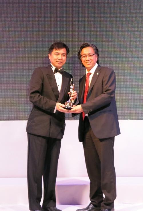 蘋果旅遊集团副董事经理拿督斯里许育兴(右)自Business Media International营运总监陈世合手中接过奖座。