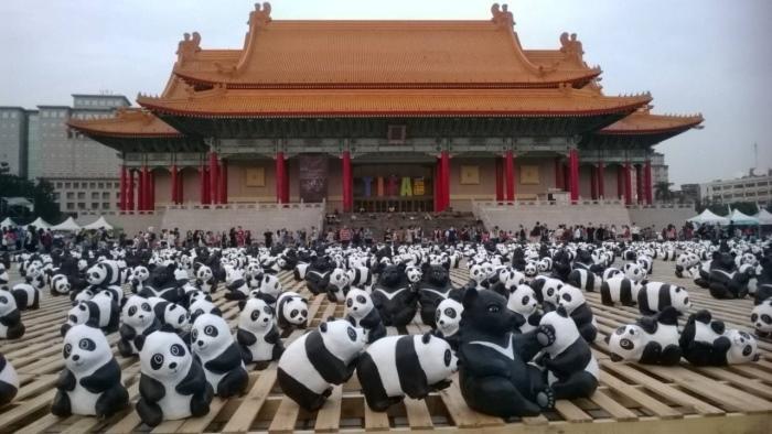 """1600熊猫世界之旅—台北""""公共艺术展14日起在台北两厅院艺文广场举行第二阶段展览,这次除1600只纸熊猫外 ,还加入200只台湾黑熊。"""