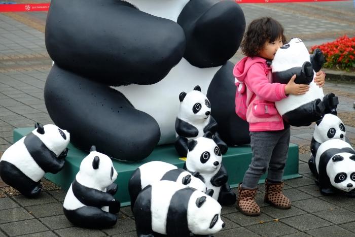 展览场内特别设了体验区,让大人和小孩都有机会和纸熊猫合照。