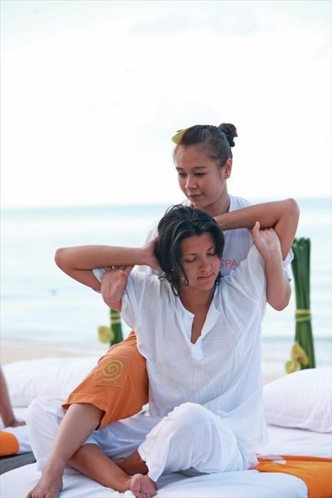 度假村提供正宗泰式按摩及水疗服务。