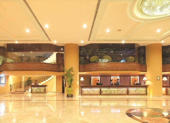 酒店大堂非常广阔、明亮。