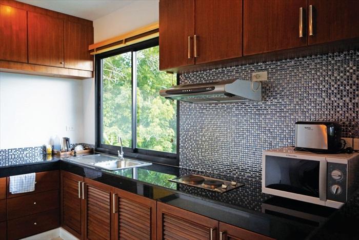 厨房基本设备齐全,微波炉、冰箱、电炉一应俱全。