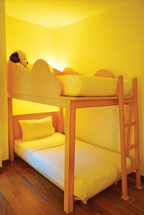 专为小旅客而设的双层小床,还贴心放置让玩具熊陪伴孩子入眠。