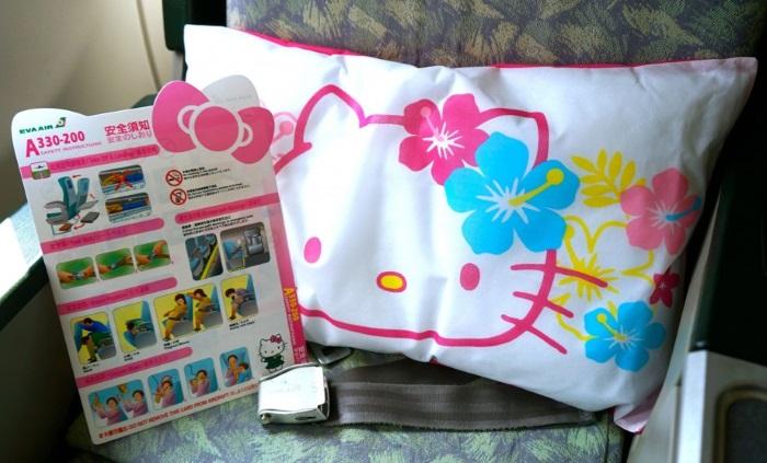 背靠Hello Kitty枕头,翻阅Hello Kitty安全手册,准备起飞啦!