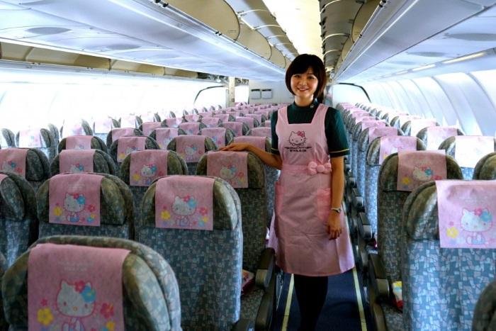 穿着可爱粉红色围裙的空姐,欢迎你登机哦!