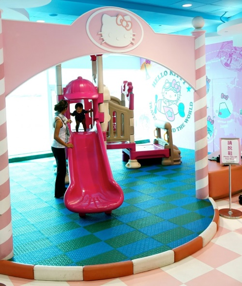 除了游乐场,还特设了方便妈妈宝宝们的育儿室,!