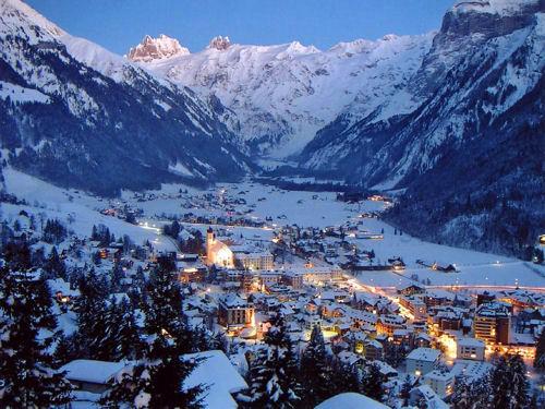 冬季瑞士,梦幻的白雪童话景致。