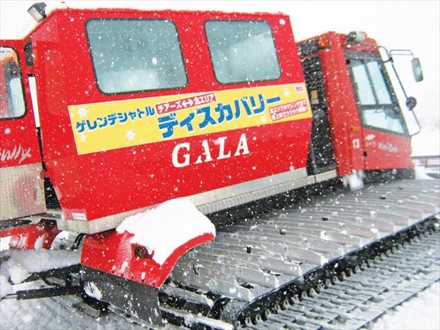 游客也能体验乘坐这辆巨大的铲雪车。