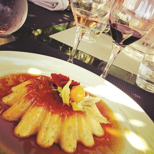 法国对食材一向要求严谨,充满着纯粹天然香草奶油的香草布丁,是一道很美味的待客甜点。