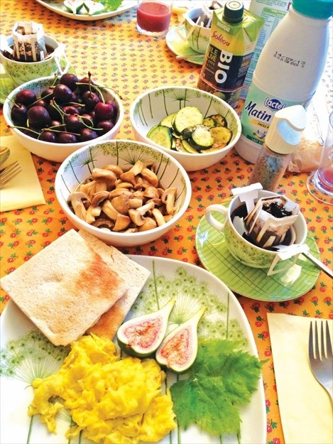 庄园里的早餐有青瓜、樱桃、鲜菇、无花果,丰盛得很。