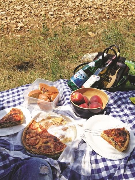 在薰衣草田上铺块布,我们享用着Quiche、薰衣草蛋糕、蜜桃与美酒。