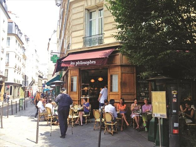 Les Philosophes是一家很有巴黎氛围的咖啡馆,来到这里别忘了欣赏仿佛电影老场景里走出来的侍者,他们保有老年代巴黎小餐馆侍者的优雅动作和神情。